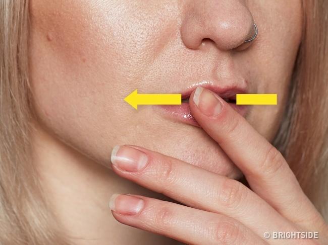 5. Kích thích các dây thần kinh. Toni Bernhard gợi ý một điều bất thường nhưng hiệu quả dựa trên sinh lý học. Dùng ngón cái day môi để kích thích dây thần kinh của bạn. Cách này chạm vào các dây thần kinh trên bề mặt môi, kích thích hệ thần kinh giao cảm, giúp bạn bình tĩnh.