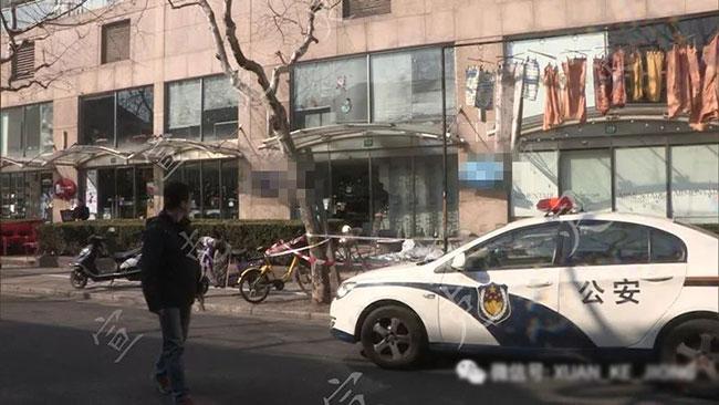 Nhân viên bảo vệ đứng đúng vị trí mà người phụ nữ rơi xuống.