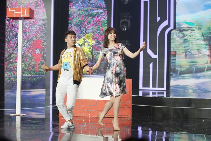 Vợ chồng Hari Won, Trấn Thành quấn quýt khi cùng quay show Tết - 2