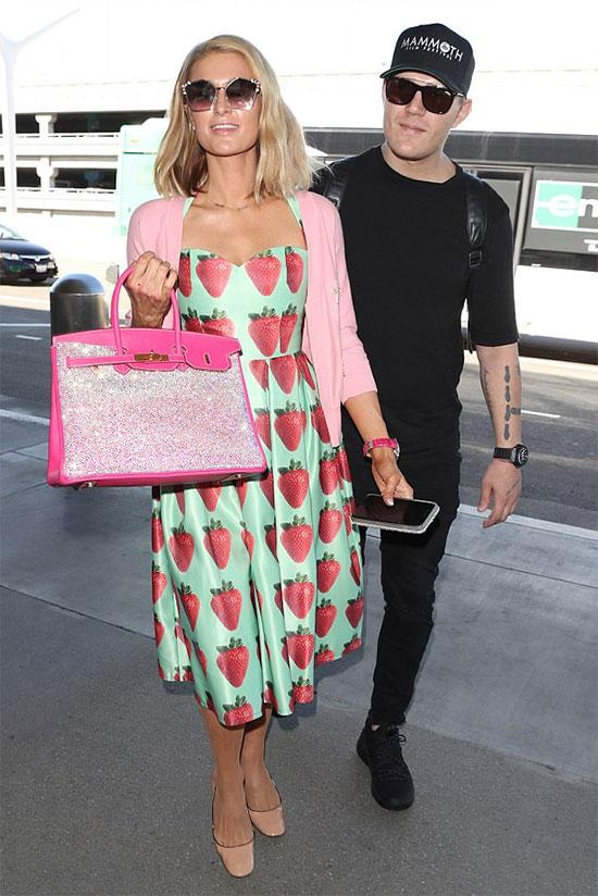 Paris diện váy trẻ trung sánh đôi bên vị hôn phu tới sân bay Los Angeles hôm 8/2. Cô đang bận rộn lên kế hoạch tổ chức lễ cưới với Chris Zylka.