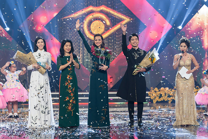 Chung kết Én Vàng 2017 diễn ra tối 10/2, phát trực tiếp trên Đài truyền hình TP HCM. Kết quả chung cuộc, Hoa hậu Kiều Ngân (giữa) đoạt giải nhất, Hoa khôi Sư phạm Phương Uyên nhận giải Én Bạc, còn Én Đồng thuộc về Minh Trí.