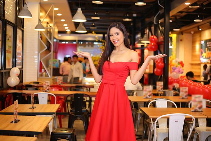 Ninh Hoàng Ngân mừng Á hậu Nguyễn Thị Loan làm bà chủ - 1