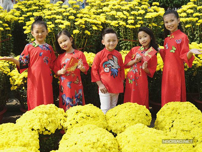 Mẫu nhí diện áo dài rạng rỡ trong vườn hoa xuân - ảnh 1