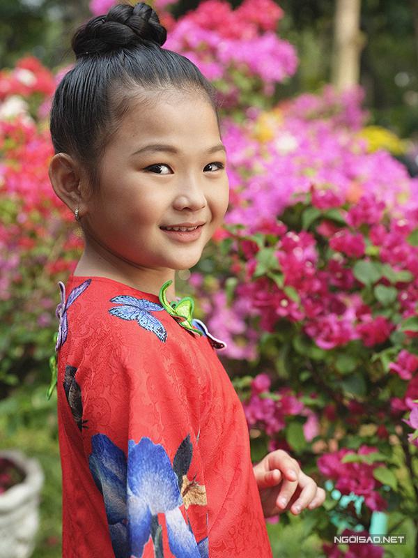 Mẫu nhí diện áo dài rạng rỡ trong vườn hoa xuân - ảnh 2