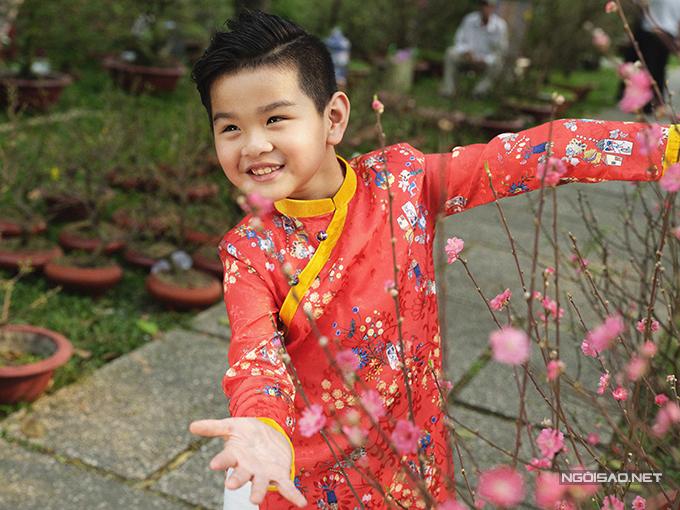 Mẫu nhí diện áo dài rạng rỡ trong vườn hoa xuân - ảnh 11