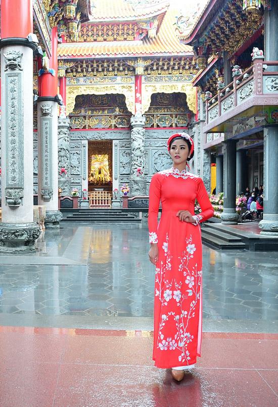 Ngọc Hân chịu mưa lạnh 10 độ C khi chụp ảnh áo dài tại Đài Loan - 3
