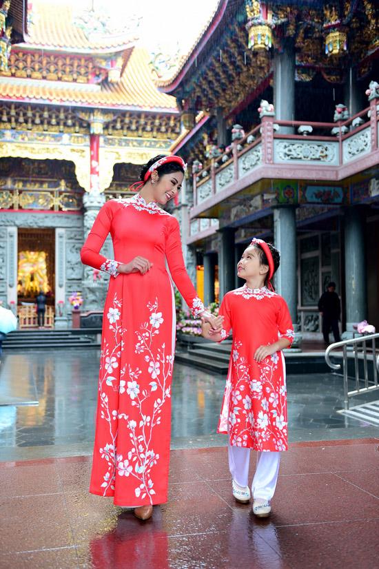 Ngọc Hân chịu mưa lạnh 10 độ C khi chụp ảnh áo dài tại Đài Loan - 4