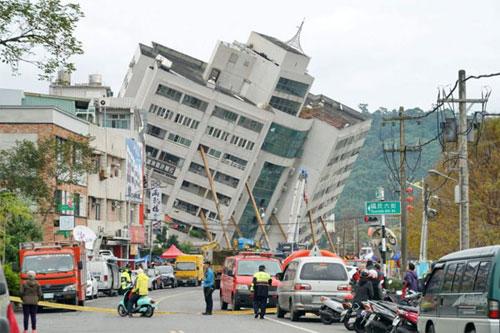 Tòa nhà Yun Men Tsui Ti nghiêng hẳn sang một bên sau động đất. Ảnh: AFP