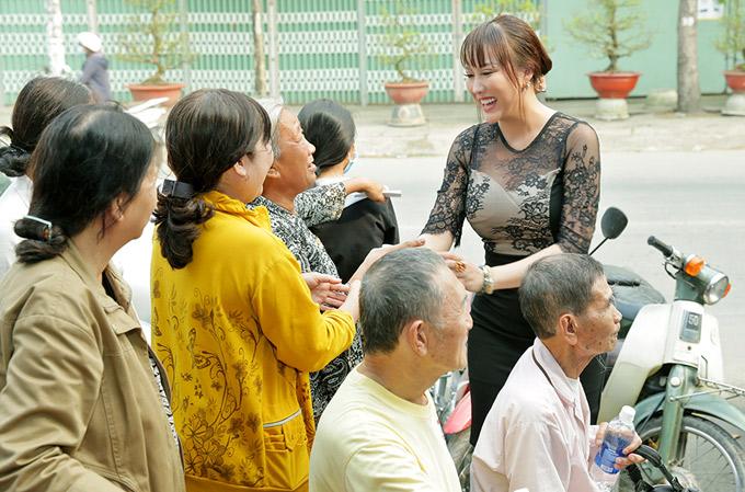 Người dân rất vui khi được gặp gỡ nữ diễn viên nổi tiếng ngoài đời. Phi Thanh Vân ân cần nắm tay, hỏi thăm cuộc sống của các cụ già.