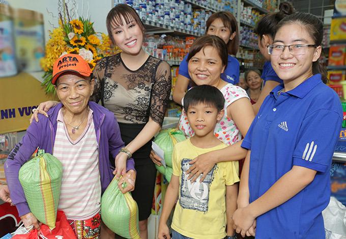 Phi Thanh Vân tặng mỗi gia đình 5 kg gạo và các loại trà, bánh kẹo, sữa tắm.