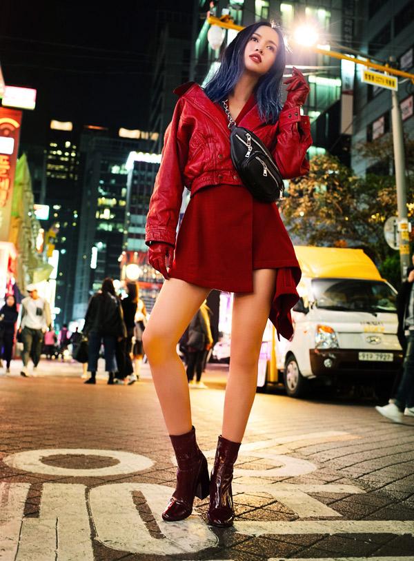 Thời tiết mùa đông lạnh giá nhưng nữ diễn viên vẫn mặc váy ngắn ra phố.