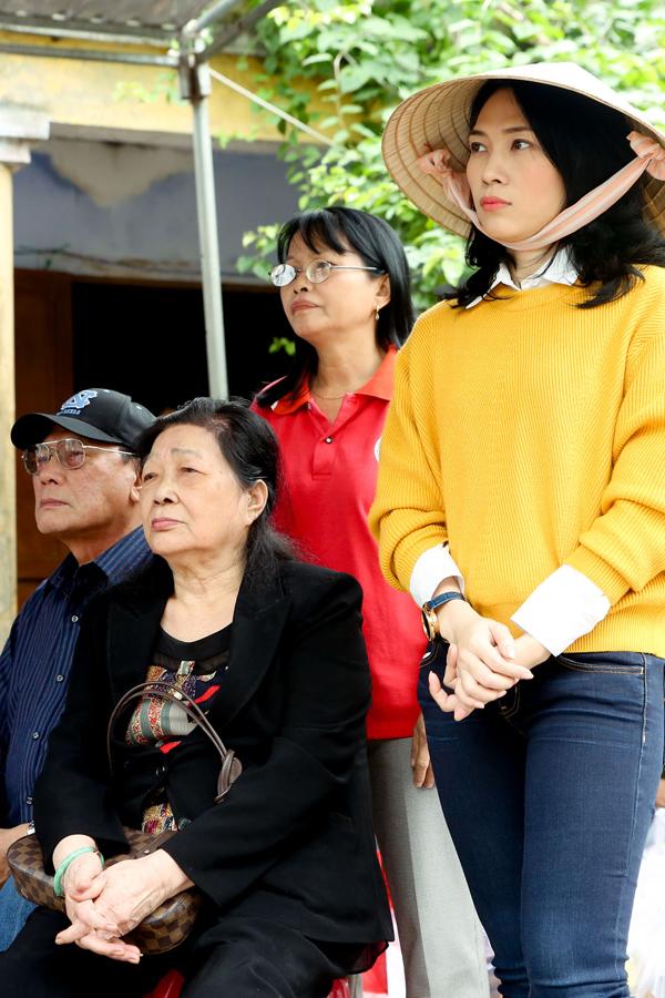 Ngày 11/2, Mỹ Tâm cùng bamẹ đi tặng quà cho bà con nghèo ở phường Xuân Hà (Đà Nẵng) và huyện Thăng Bình (Quảng Nam) - quê ngoại cô.