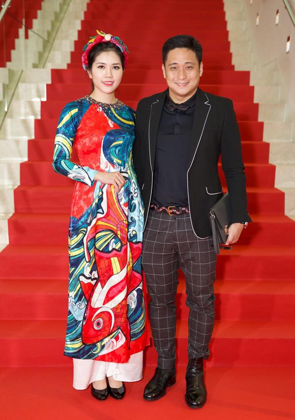 Vợ chồng Minh Tiệp sánh đôi dự một sự kiện điện ảnh tại Singapore.