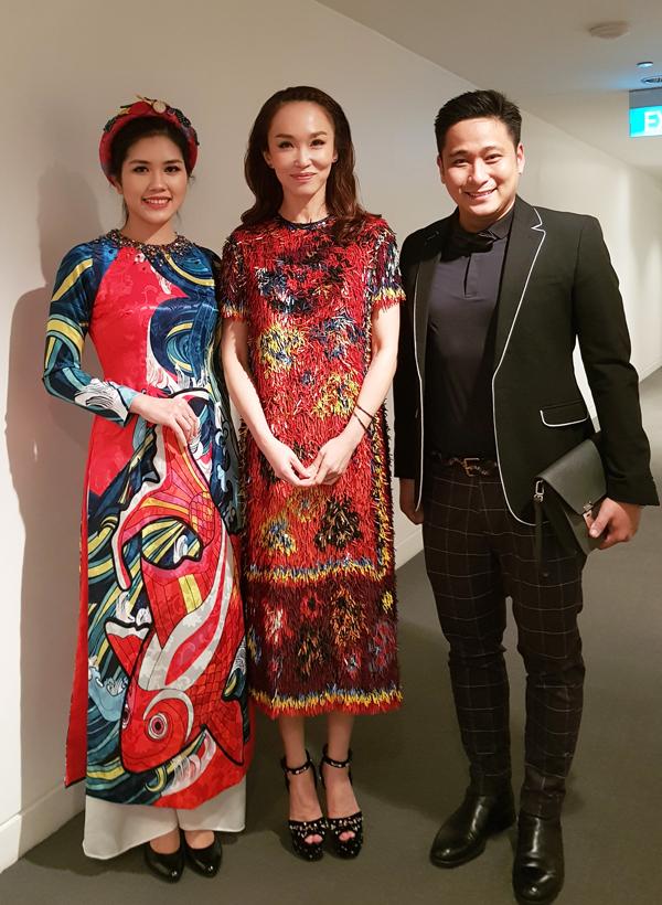 Cả hai có dịp gặp gỡ diễn viên Phạm Văn Phương. Ngôi sao người Singapore diện bộ váy lông nổi bật còn vợ Minh Tiệp cũng ấn tượng với áo dài họa tiết cá chép của nhà thiết kế Thủy Nguyễn.