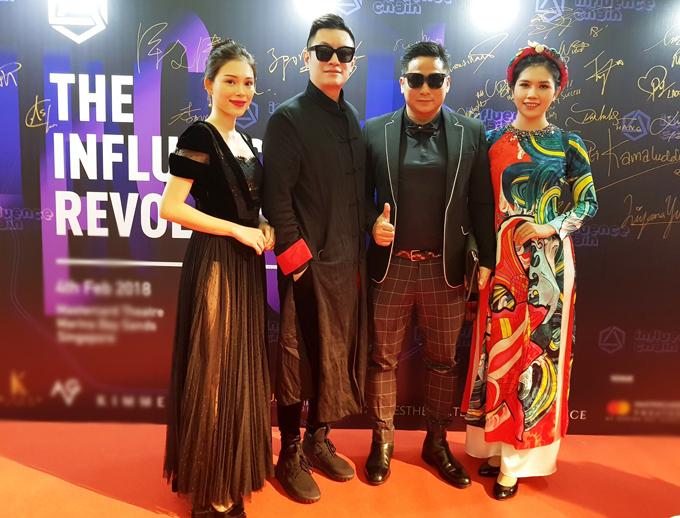 Ba nghệ sĩ Việt chụp ảnh cùng một đồng nghiệp người Trung Quốc trên thảm đỏ Singapore.