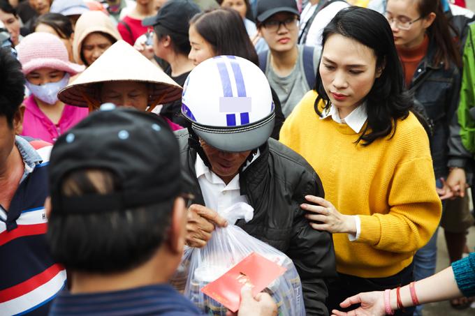 Trong 10 ngày qua, Mỹ Tâm đã có 3 chuyến từ thiện, trao khoảng 1.000 phần quà Tết ở Long An, TP HCM, Quảng Nam, Đà Nẵng. Đây là số tiền cô trích từ 5 tỷ đồng bán đĩa Tâm 9.