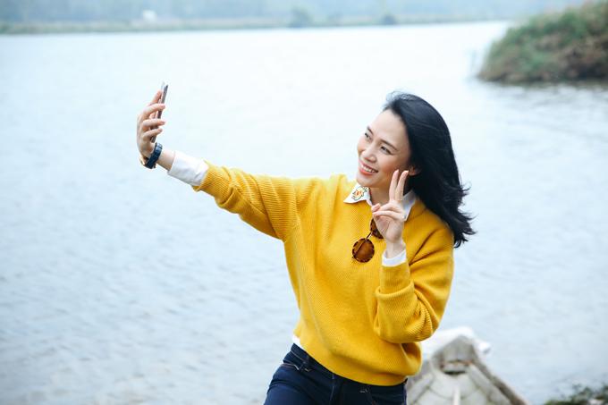 Sau đó nữ ca sĩ ra bờ sông ở quê ngoại hóng gió và chụp ảnh kỷ niệm.