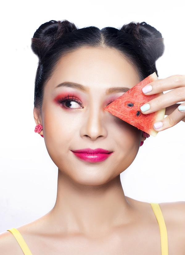 Son môi màu hồng fuschia tạo thành tổng thể nổi bật và cá tính.