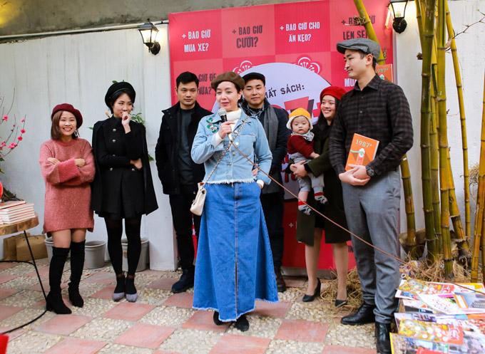 Khi giao lưu cùng nhóm tác giả, nghệ sĩ Chiều Xuân hài hước nói rằng, chị mặc bộ trang phục denim theo phong cách của những năm 80. Chị còn tiết lộ, chiếc áo là của con gái Hồng Khanh, còn chân váy được lấy từ cửa hàng của con gái Hồng Mi.