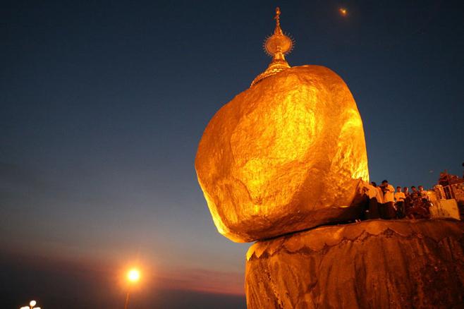 Hòn đá thiêng nghiêng không đổ ở Myanmar