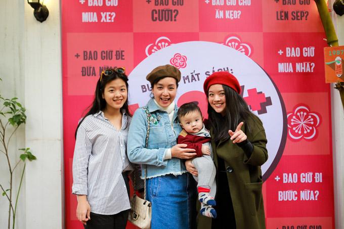 Nghệ sĩ Chiều Xuân cùng hai con gái Hồng Mi, Hồng Khanh và cháu ngoại. Hồng Mi, con gái đầu lòng của vợ chồng Chiều Xuân cũng là một trong những tác giả góp mặt vào cuốn sách 1987+.