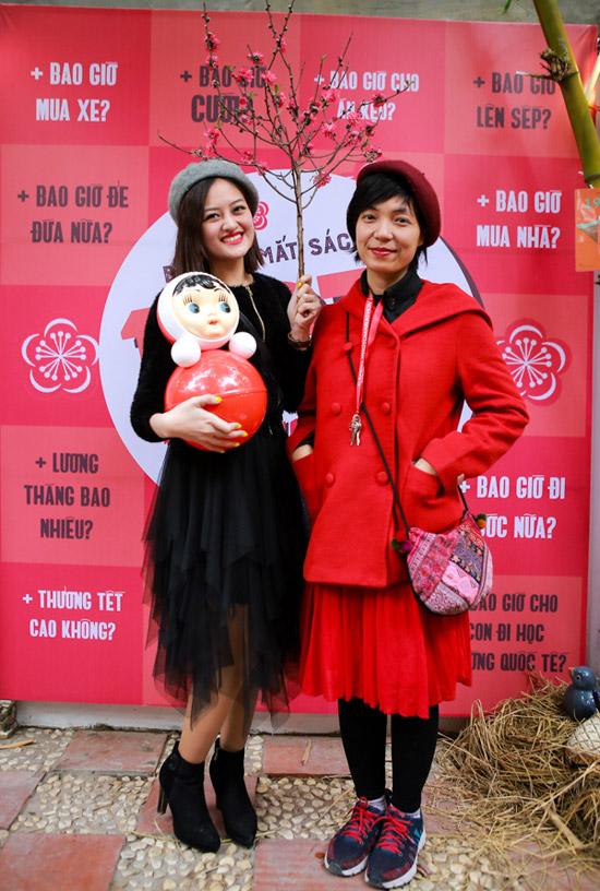 Diễn viên Thùy Anh nhí nhảnh khi pose hình cùng đạo diễn Nguyễn Hoàng Điệp. Cả hai từng hợp tác trong các phim Bộ tứ 10A8 và Đập cánh giữa không trung.