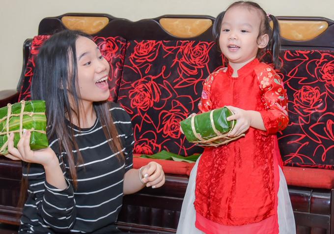 Trinh Kim Chi cung chong con goi banh chung chuan bi an Tet
