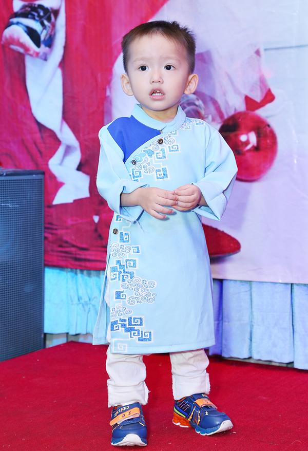 Con trai Phi Thanh Vân mặc áo dài trong tiệc sinh nhật tổ chức ở mộtnhà hàng tạiTP HCM.