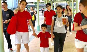 Quý tử nhà Phạm Văn Phương, Lý Minh Thuận theo mẹ đi làm từ thiện