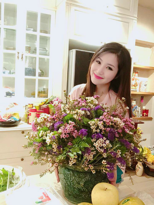 Ca sĩ Hương Tràm chọn bình hoa thanh liễu để trang trí ngôi nhà trong dịp Tết.