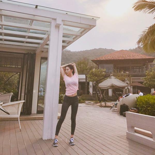 Tiết lộ về bí quyết giảm cân sau sinh, nữ diễn viên cho biết, cô rất chăm tập thể thao. Yoga, pilates là những bài tập yêu thích của Park Soo Jin.
