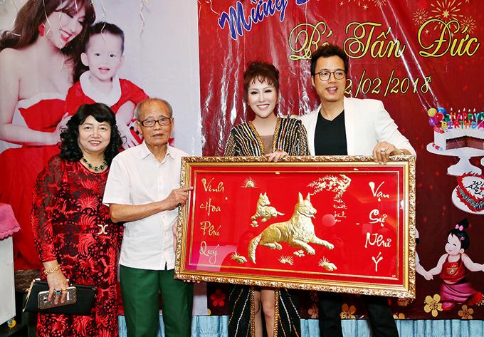 Bố mẹ Phi Thanh Vân và anh trai Phi Thanh Vân tặng cô món quà ý nghĩa để treo trong căn hộ mới.