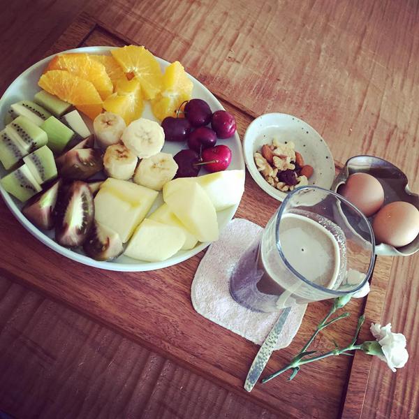 Thường xuyên ăn hoa quả cũng là cách làm đẹp da từ bên trong hiệu quả.