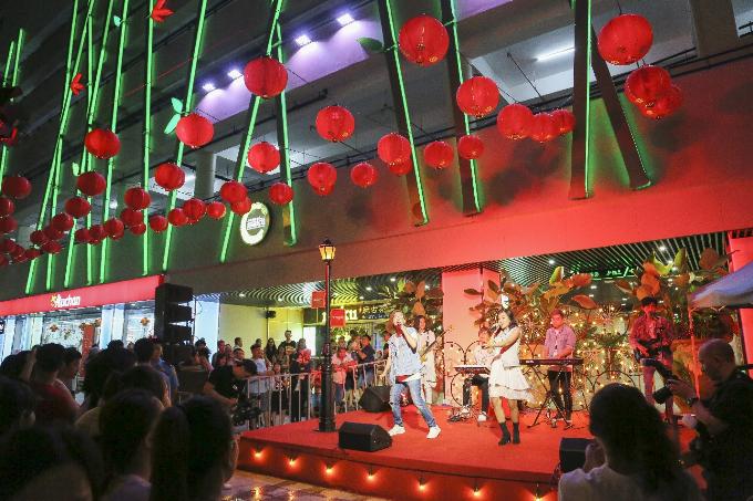 Giữa tổ hợp cảnh trí độc đáo, không gian rộng mở với màn hình lớn (kích thước hơn 140 m2) ngay Quảng trường Thuận Kiều hứa hẹn là nơi thu hút đông đảo những tâm hồn năng động, đầy ắp năng lượng tìm đến. Vì địa điểm quá lý tưởng để hòa mình vào âm nhạc hay tận hưởng các hoạt động văn hóa, giải trí ngoài trời lý thú.