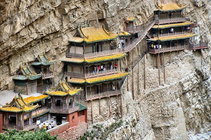 Đầu năm, hành hương tới ngôi chùa dính chặt vào vách núi ở Trung Quốc - 1