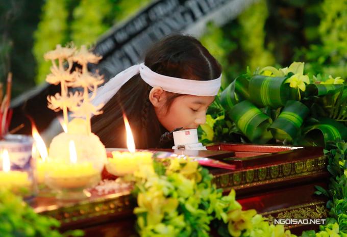 Bé Bảo Tiên cũng nhìn mặt ông ngoại trước khi linh cữu được đưa đi hoả táng.