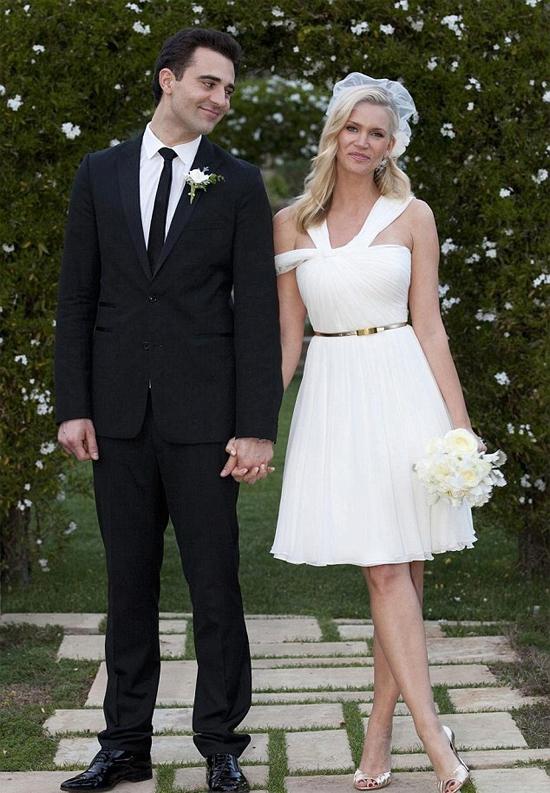 Nữ diễn viên của loạt phim Species Natasha Henstridge và ca sĩ Darius Campbell tổ chức lễ cưới giản dị vào ngày 14/2/2011. Cặp đôi trao lời thề trước hai người con trai riêng của Natasha tại một điền trang ở Santa Barbara, California. Lãng mạn không đồng nghĩa là bền lâu: nữ diễn viên ký đơn ly dị Darius vào giữa năm 2013.