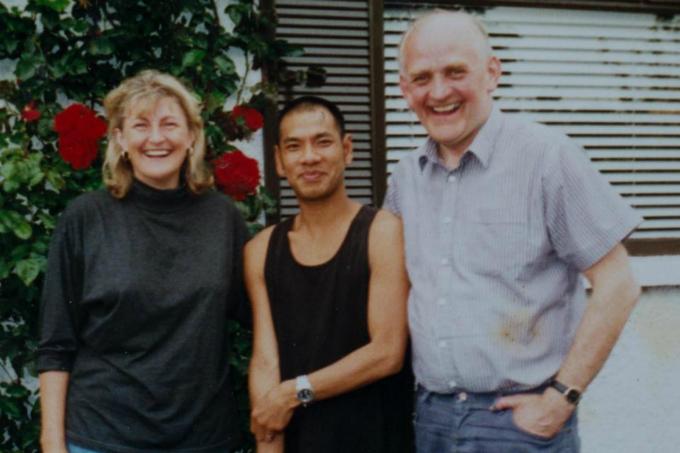 Vance bênhai bố mẹ nuôi của mình,Cyril và Liz McElhinney.