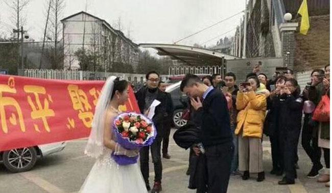 Cô gái mặc váy cưới chạy đển cổng nhà tù để cầu hôn bạn trai