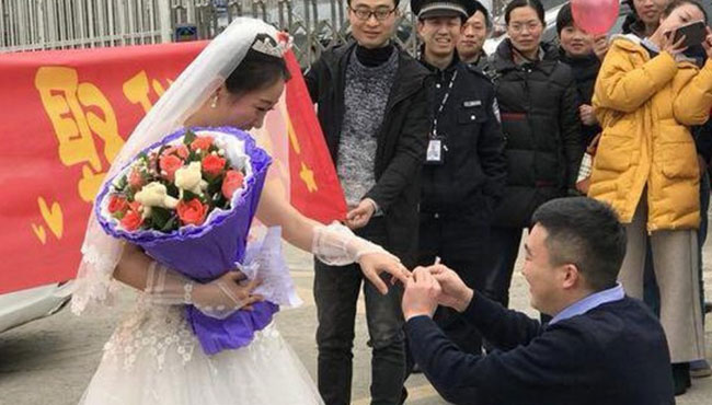 Cô gái mặc váy cưới chạy đển cổng nhà tù để cầu hôn bạn trai - 1