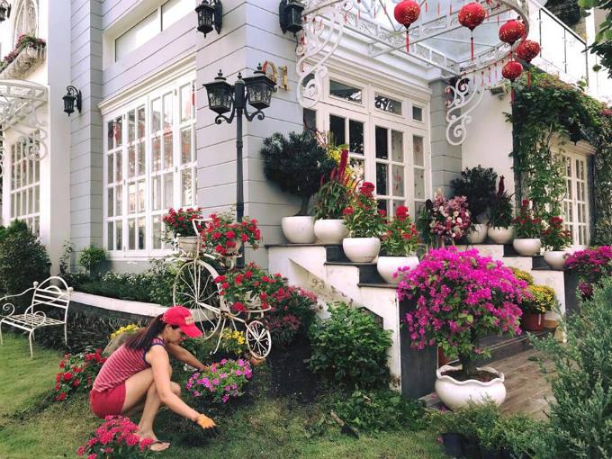 Cựu người mẫu Thúy Hạnh tự tay chăm sóc khu vườn xuân của gia đình.
