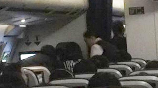 Cụ bà may mắn được Chen giúp ổn định sức khỏengay trên máy bay.