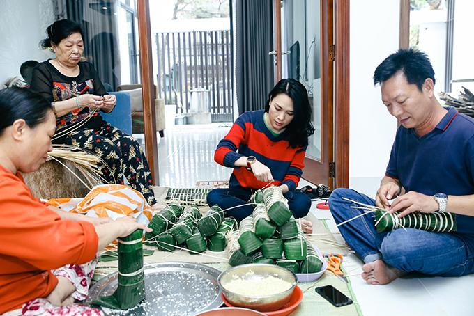Những ngày cuối năm gia đình Mỹ Tâm lại tụ họp ở nhà bố mẹ cô tại Đà Nẵng để cùng làm bánh tét. Các anh chị em của Mỹ Tâm dù ở xa đến đâu cũng trở về. Đây là dịp để cả nhà quây quần, ôn lại một năm đã qua.