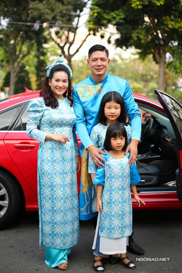 Cả gia đình nam diễn viên mặc áo dài ton-sur-ton màu xanh da trời.
