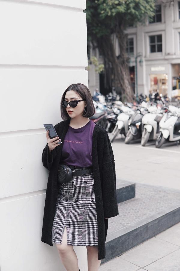 Heo Mi Nhon cũng là một tín đồ công nghệ. Cô nàng yêu thích thiết kế tinh xảo của Galaxy Note 8 với cấu tạo kính và kim loại sang trọng, bắt mắt. Phiên bản tím khói phủ ánh bạc giúp chiếc điện thoại thay đổi các sắc độ màu và phản quang khi đặt ở những vị trí ánh sáng khác nhau.