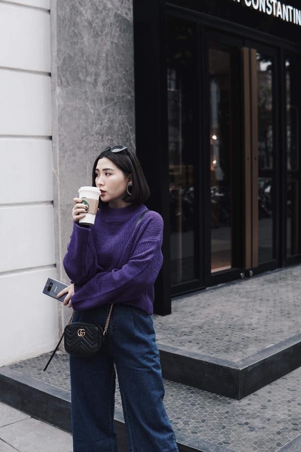 Nếu không thích váy trắng, bạn có thể phối áo len tím với một chiếc quần culottes jean denim cá tính như Heo Mi Nhon.