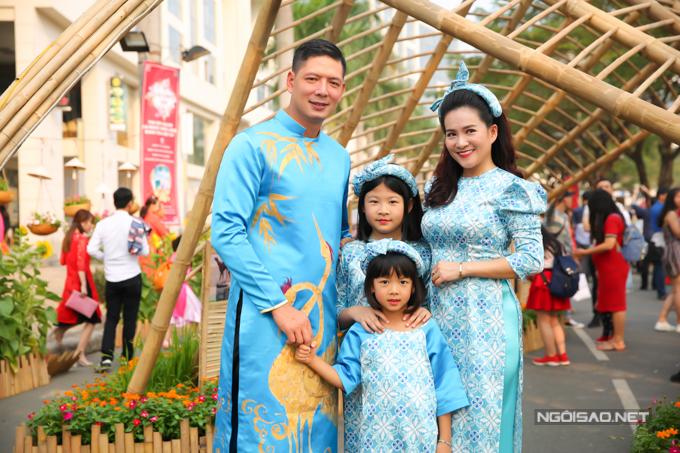 Hai công chúa của nam diễn viên rất hào hứng khi được đi ngắm đường hoa. Năm nào vào những ngày giáp Tết Bình Minh cũng ngừng chạy show, dành thời gian đưa vợ con đi chơi, chụp một bộ ảnh kỷ niệm.