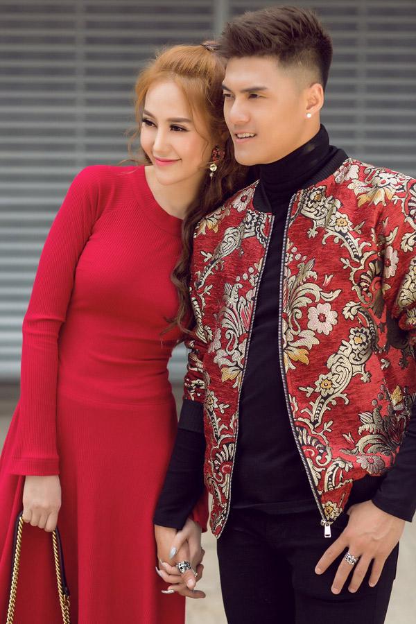 Cặp đôi không ngại nắm chặt tay nhau, diễn tình tứ trong bộ ảnh kỷ niệm Valentine 2018.