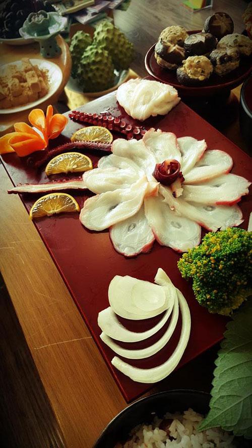 Mâm cỗ hàng chục món được bày biện theo từng chủng loại như món mặn, món ngọt hay hoa quả và phối theo màu sắc.