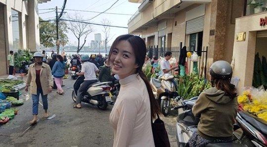 Oh Sang Jin và bà xã Kim So Young thăm thú một khu chợở Việt Nam.